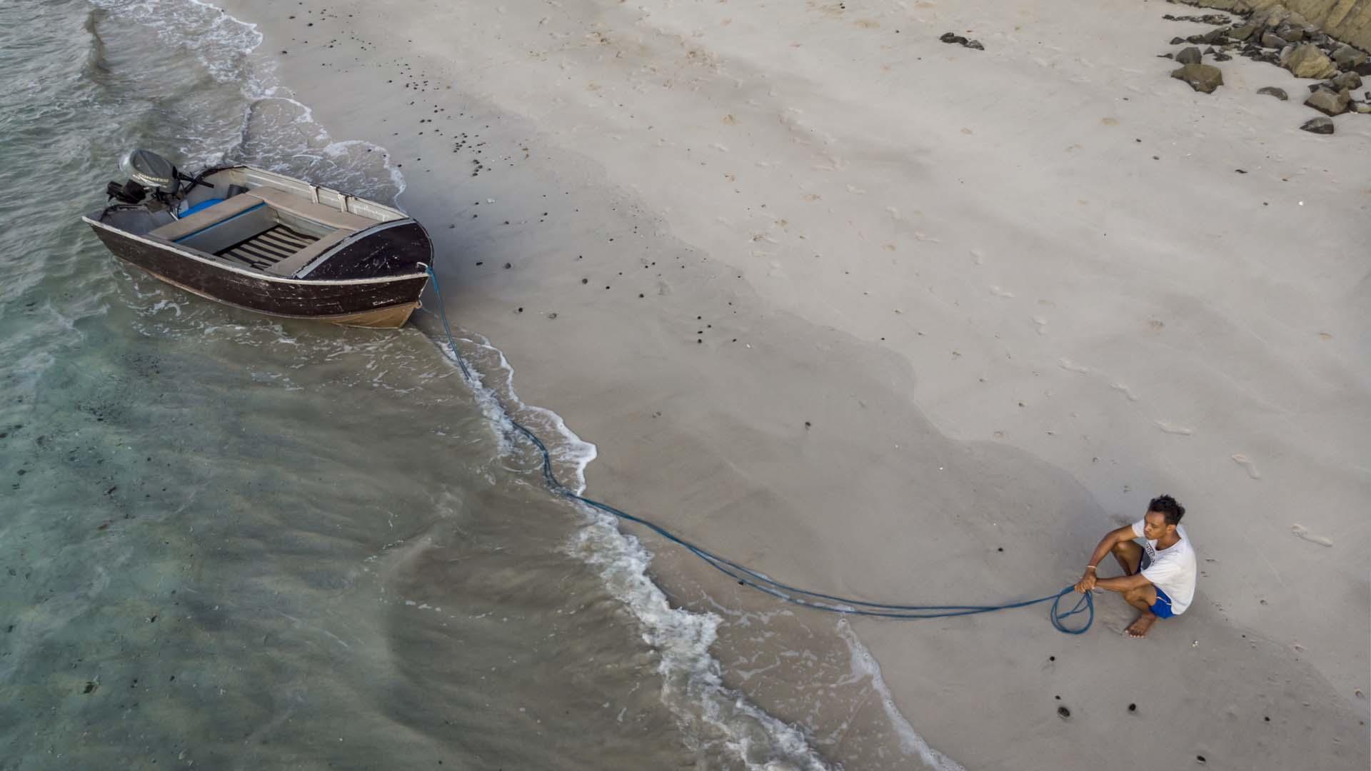 Bringing the Dinghy Ashore on Padar V