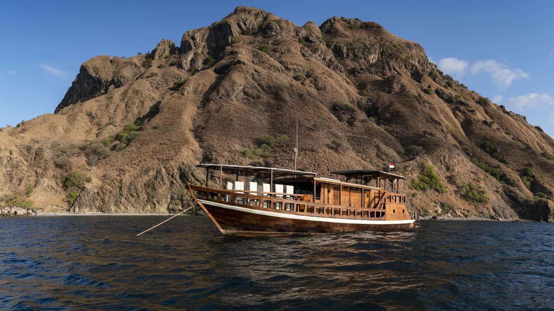 MII Boat at Padar pano 2